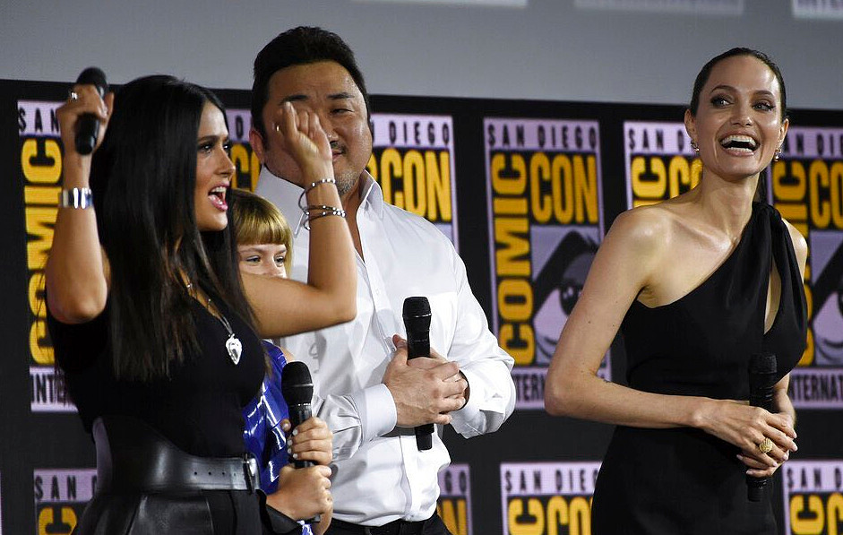 Salma Hayek e Angelina Jolie insieme in The Eternals dell'Universo Marvel.