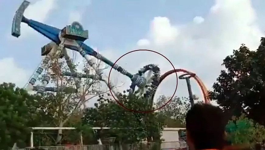 VIDEO INCIDENTE > Si rompe una giostra in India, persone cadono da 18 metri, ci sono morti e feriti.